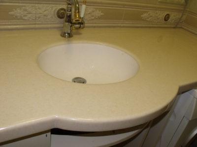 Столешница и мойка из искусственного камня в ванной комнате