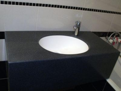 Столешница в ванной из черного камня