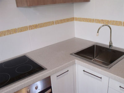 Кухонная столешница из акрилового камня бежевого цвета