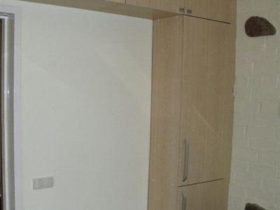 Кухня со шкафчиками под потолком