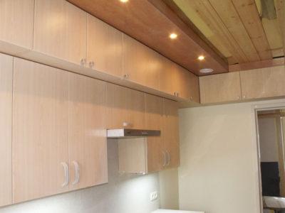 Верхний этаж кухни с подсветкой