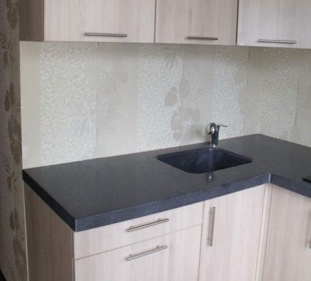 Маленькая угловая кухня со столешницей из акрилового камня