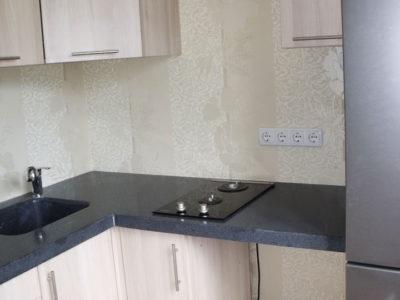 Кухня со столешницей из черного камня