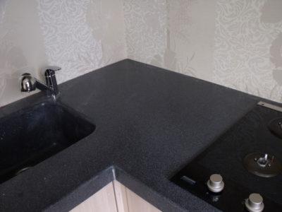 Столешница и мойка из искусственного камня черного цвета
