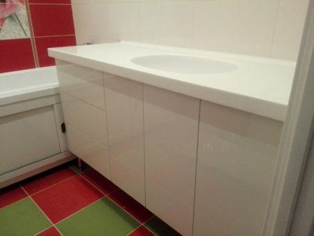 Белый комод в ванной комнате