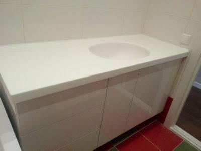 Белая глянцевая тумба в ванной