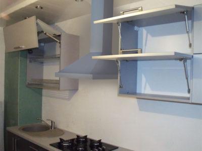 Фасады кухни с подъемными механизмами: авентос и лифты