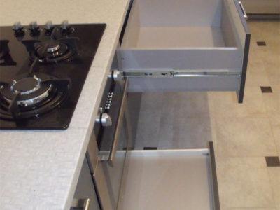 Выкатные ящики для кухни: шарики и метабокс