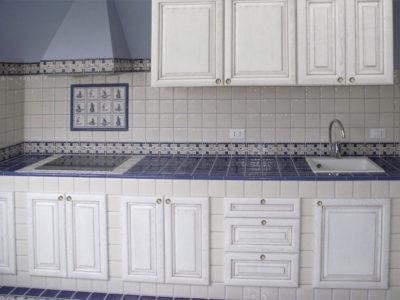 Кухня из гипсокартона с фасадами из массива