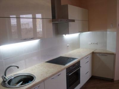 Светлая глянцевая кухня