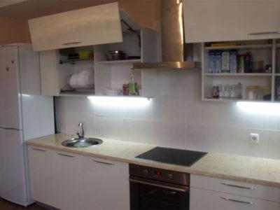 Глянцевая кухня с подъемными механизмами авентос