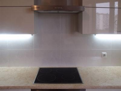 Глянцевая кухня с люминесцентной подсветкой