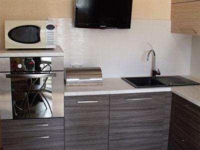 Угловая полосатая кухня