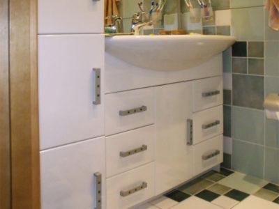 Тумба и шкаф в ванной комнате