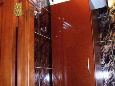Шкаф красного цвета в ванной