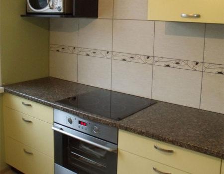 Небольшая бюджетная кухня желтого цвета