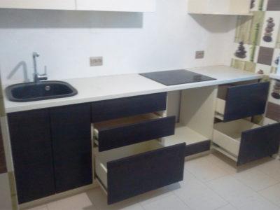 Выкатные ящики в маленькой кухне