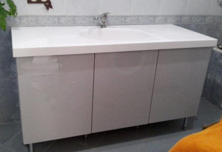 Глянцевая тумба в ванной комнате
