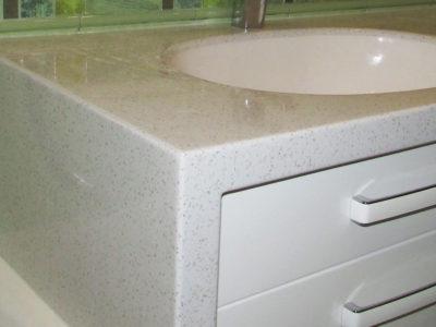 Столешница из акрилового камня в ванной