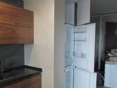 Кухня с холодильником в нише