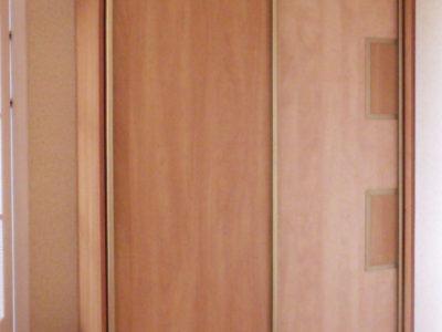 Двухстворчатый шкаф-купе с декоративными вставками