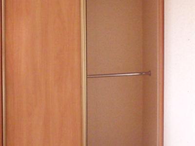 Труба для одежды в шкафу