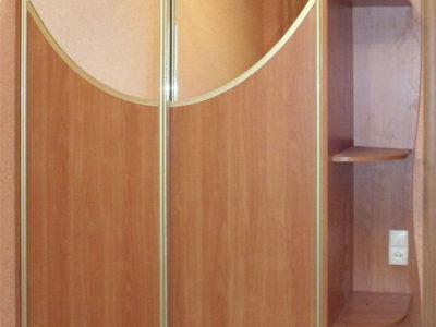 Шкаф-купе с зеркальной вставкой дугой