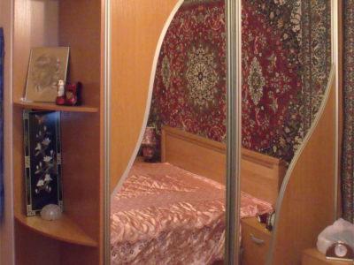 Шкаф-купе с зеркальной вставкой