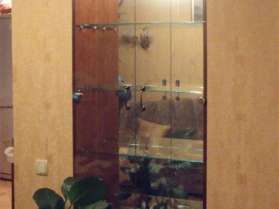Шкафчик в нише с распашными дверцами