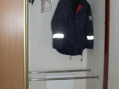 Наполнение двухдверного шкафа: трубы для одежды
