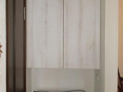 Маленький навесной шкаф в нише
