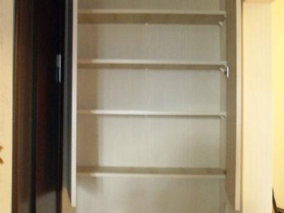 Навесной шкаф с распашными дверями