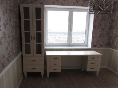 Стол и шкаф в классической детской комнате