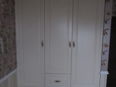 Светлый шкаф для одежды в классическом стиле