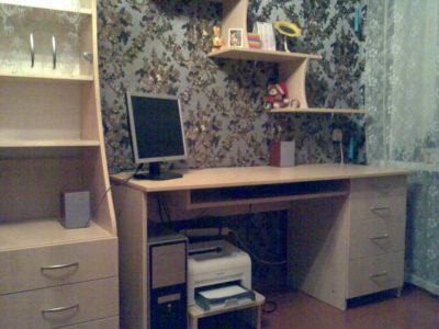 Компьютерный стол, шкаф и полки
