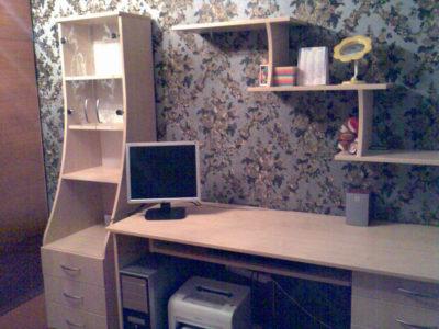 Компьютерный стол со шкафом и полками