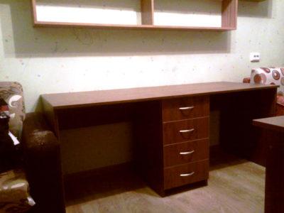 Письменный стол с навесными полками