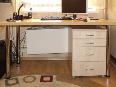 Небольшой компьютерный стол