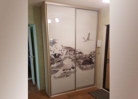 Узкий шкаф в прихожей
