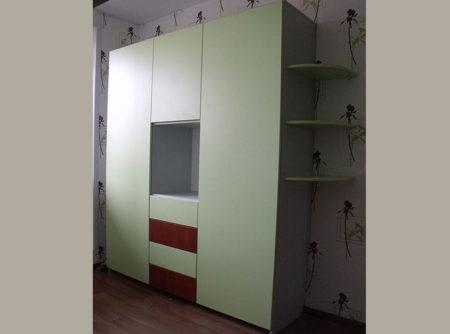 Распашной шкаф в детской комнате